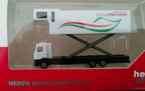 559607 Emirates Flight Catering – A380 Catering truck 1:200 Herpa Wings